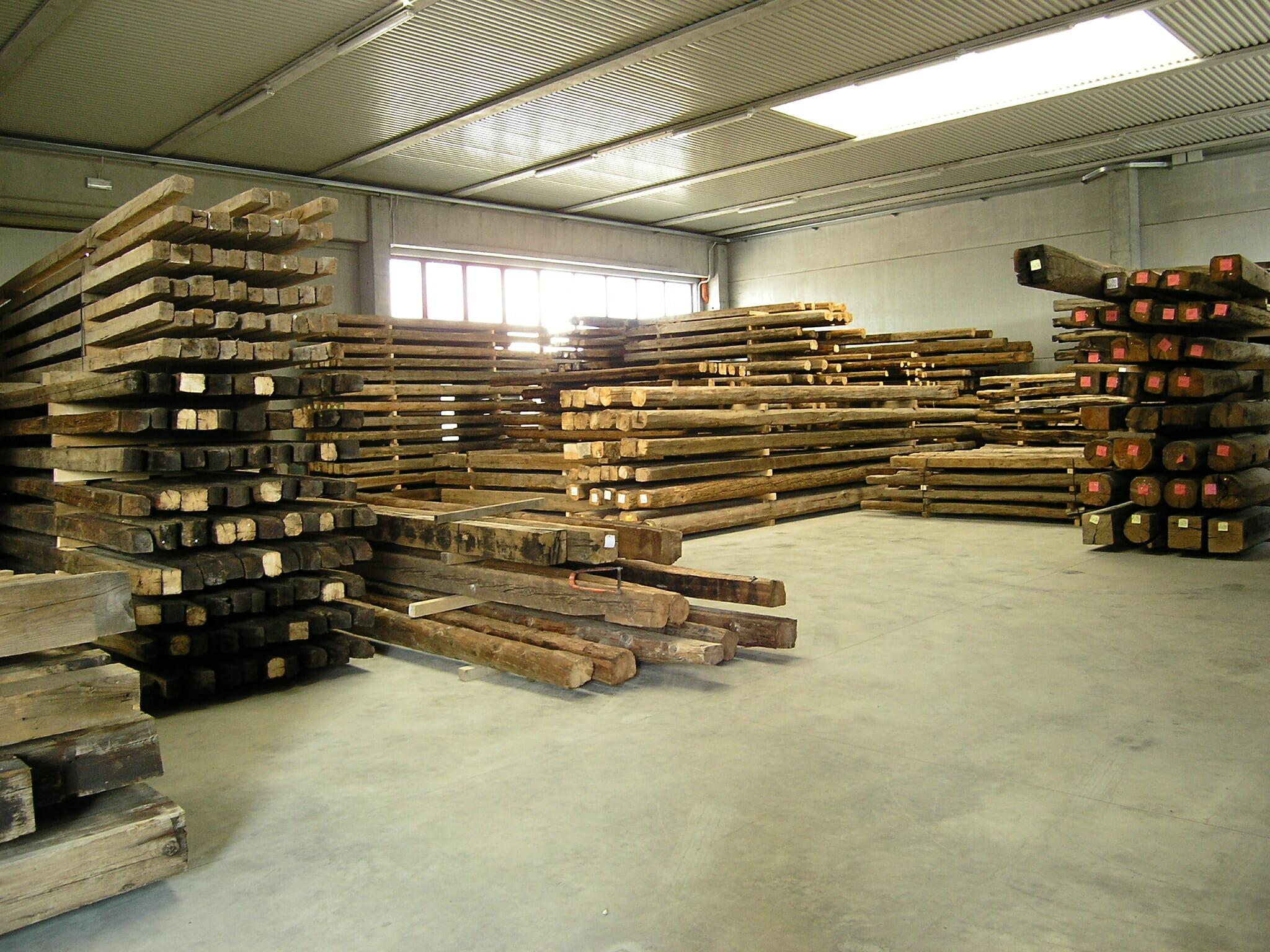 5 Il magazzino con la suddivisione di tronchi e tavole di recupero - News, il fascino del legno antico di recupero