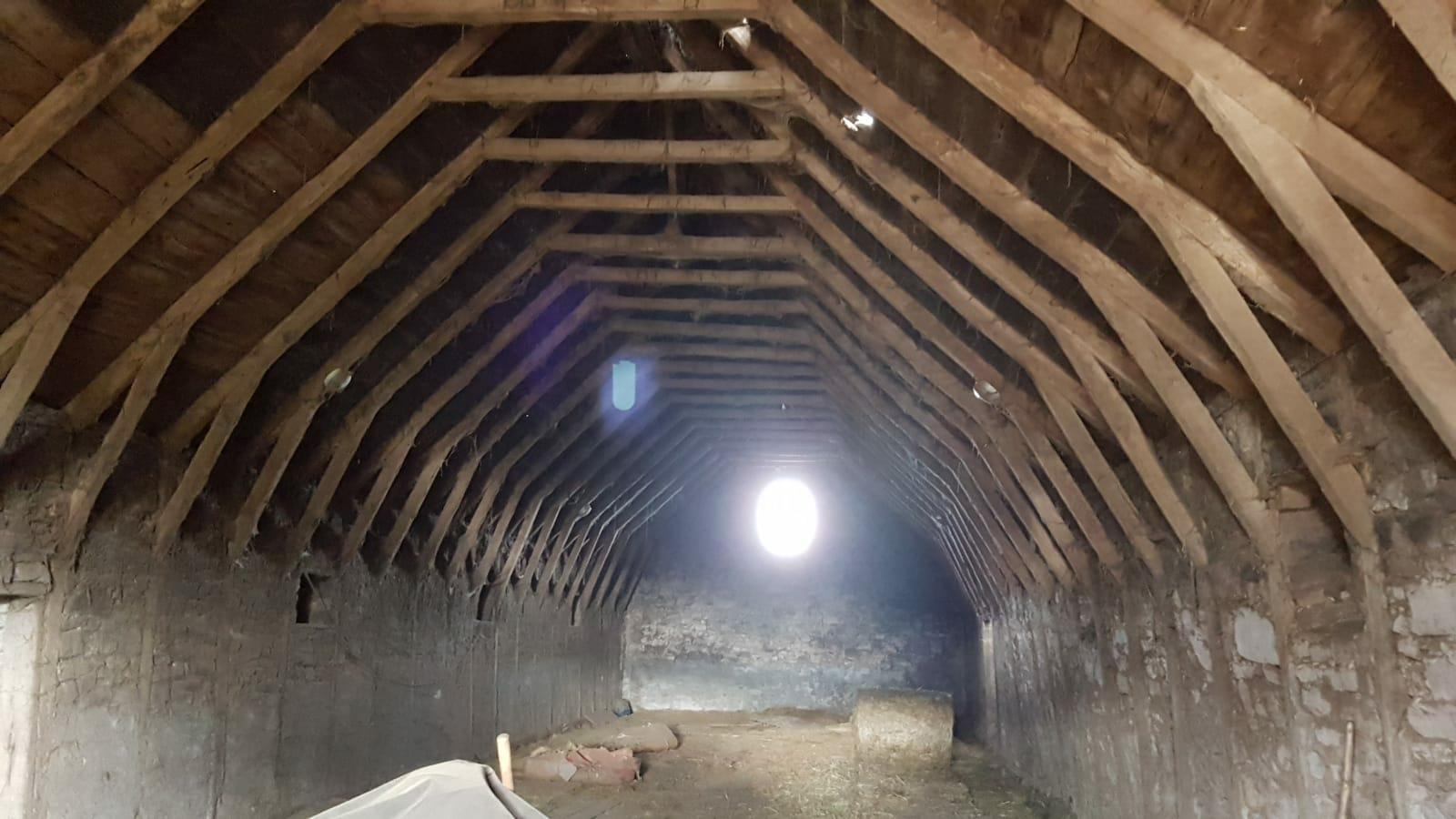 L interno della stalla con le travi di legno antico - News, il fascino del legno antico di recupero