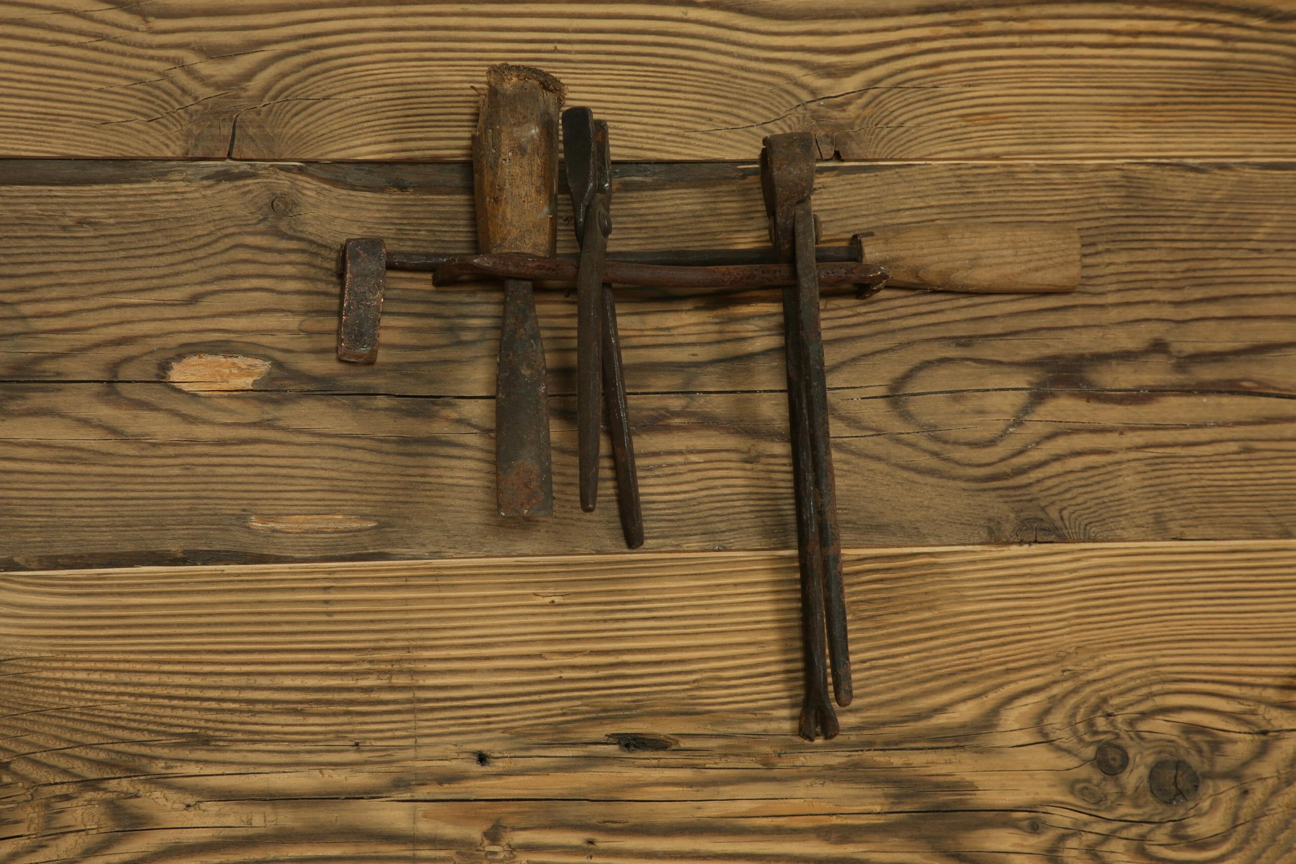 sgorbia ad U e tenaglie scaled - News, il fascino del legno antico di recupero