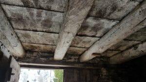 Interno con soffitto di travi in legno antico 300x169 - Interno con soffitto di travi in legno antico