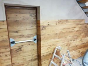 Posa in opera di un rivestimento e di una porta in legno di recupero 300x225 - Posa in opera di un rivestimento e di una porta in legno di recupero