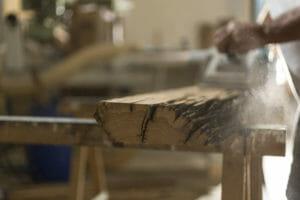 Inizio della fase di piallatura delle tavole di legno antico 300x200 - Inizio della fase di piallatura delle tavole di legno antico
