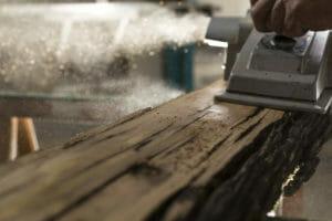 Le tavole di legno di recupero si presentano vissute 300x200 - Les planches de bois récupérées semblent usées