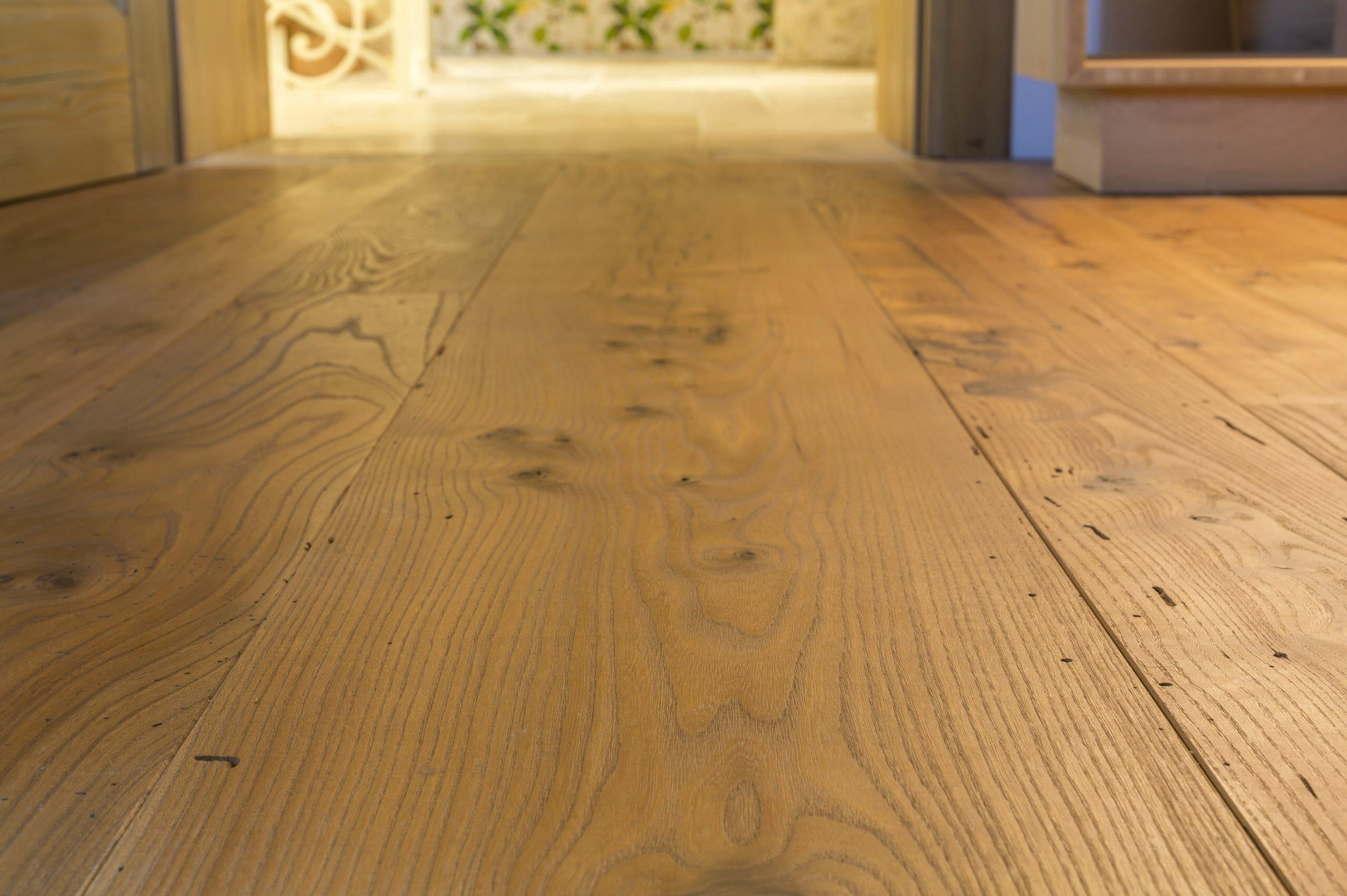 Posa in cassero irregolare di un pavimento in olmo antico scaled - News, il fascino del legno antico di recupero