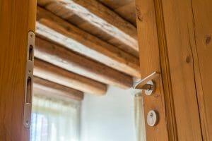 particolare della porta e delle travature in abete antico 300x200 - particolare della porta e delle travature in abete antico
