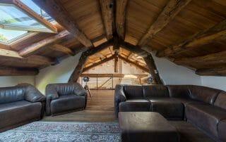 travi in rovere antico e pavimento in rovere antico prima patina 320x202 - News, il fascino del legno antico di recupero